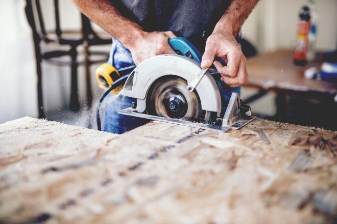 Schreiner mit Baukreissäge